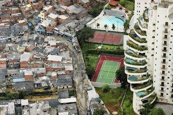 Foto de favela e moradias de luxo